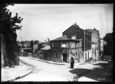 La rue des Saules in 1911. Image in the public domain.